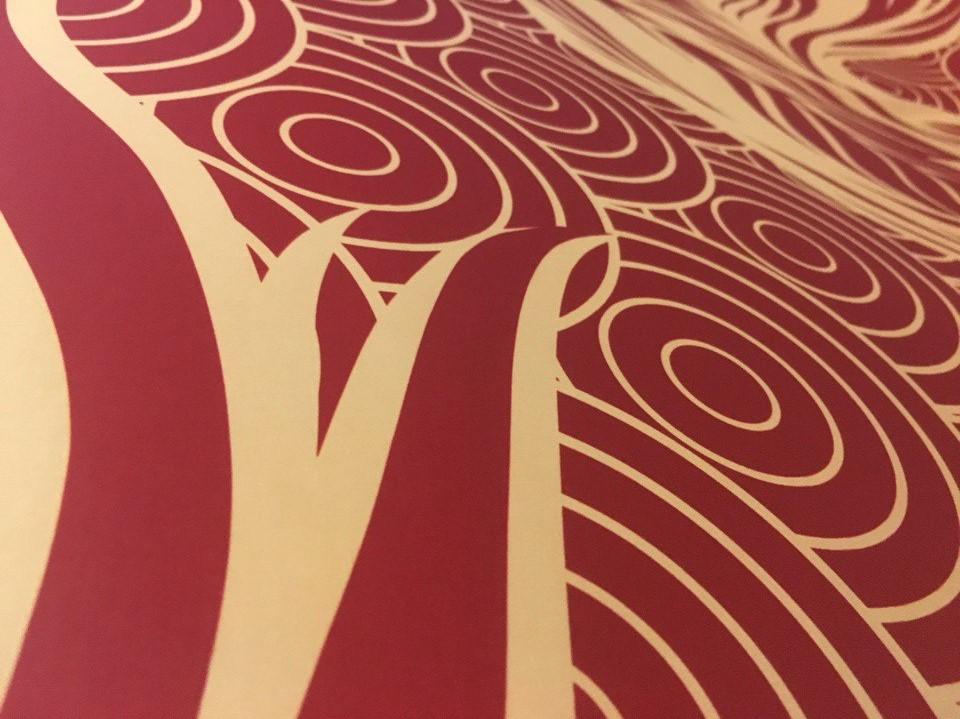 печать театральной декорации занавеса на золотом атласе