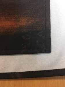 Подшив и обработка краев напечатанной на ткани репродукции картины
