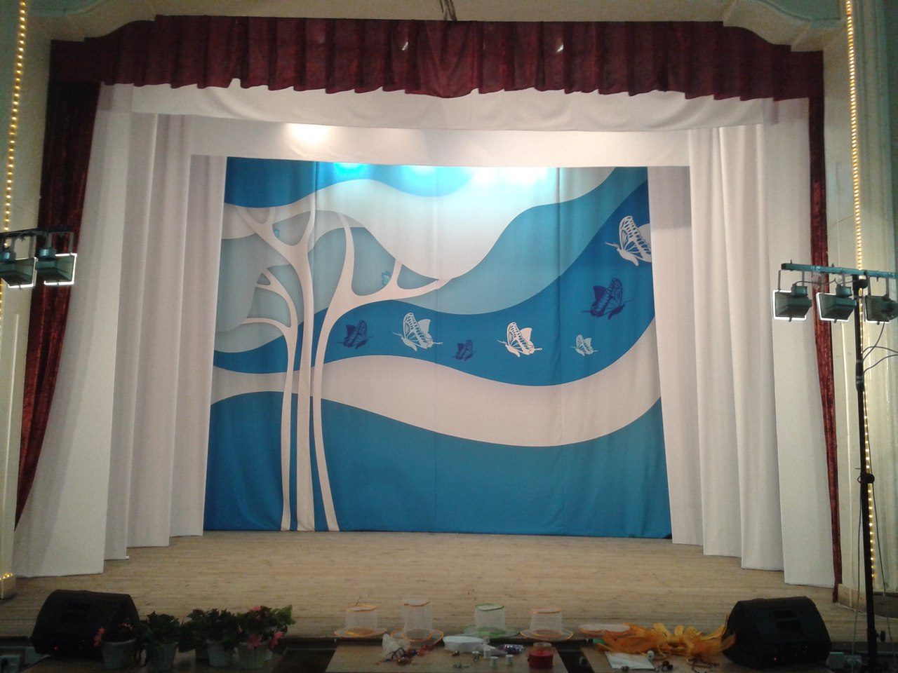 Оформление декорации задника сцены театра